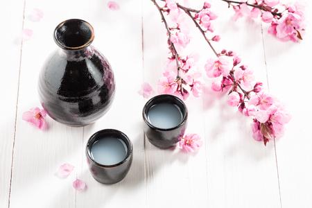맛있는 사케와 벚꽃 피는 꽃 스톡 콘텐츠