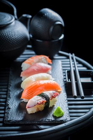 新鮮な魚介類のおいしいにぎり寿司 写真素材