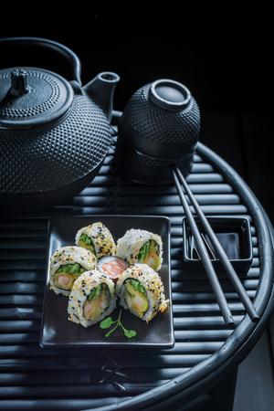 新鮮な野菜や魚介類で作られた健康的な寿司ミックス