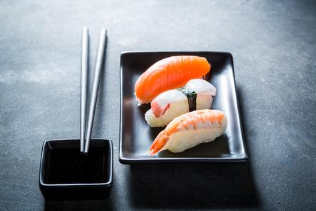 タコ、エビとサーモンの新鮮な握り寿司