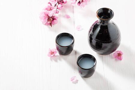 黒の古い陶器でお酒を飲む準備ができて