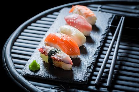 Geniet van je Nigiri-sushi met rijst en garnalen