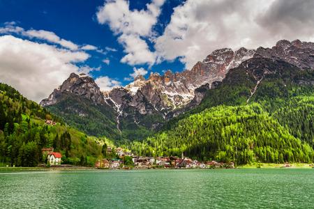 Prachtige kleine stad aan het meer in de Dolomieten Stockfoto