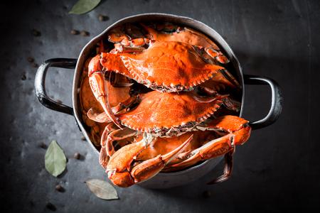 Vorbereitung für hausgemachte Krabben in einem alten Metalltopf Standard-Bild