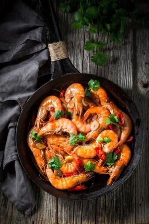 Tasty shrimps on pan with parsley and garlic Reklamní fotografie