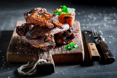 Pittig geroosterde ribben met aardappel en sesam