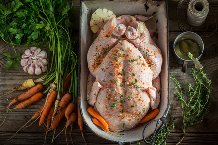 Voorbereiding voor gegrilde zelfgemaakte kip met knoflook en wortels