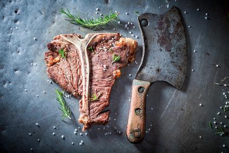 Lekkere biefstuk met kruiden en zout Stockfoto