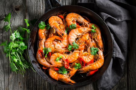 Spicy shrimps on pan with parsley and garlic Reklamní fotografie