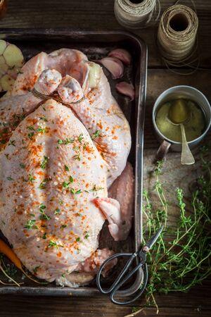 Ingrediënten voor geroosterde zelfgemaakte kip met groenten en tijm