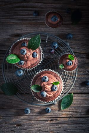 Sweet chocolate muffin with fresh blueberries and cream Banco de Imagens