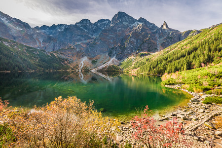 Stunning lake in the mountains at dawn in autumn Banque d'images