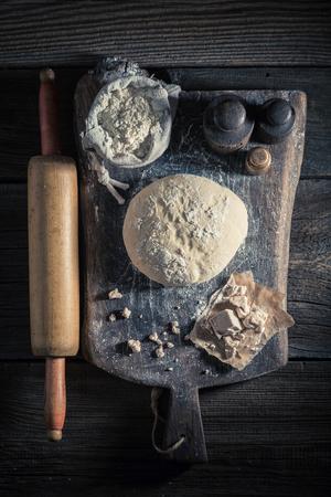 신선한 재료로 만든 빵을위한 수제의 신선한 반죽