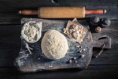 신선한 재료로 만든 맛있는 피자 집에서 만든 반죽 스톡 콘텐츠