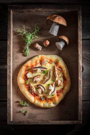 오래 된 나무 테이블에 맛있는 소박한 피자 스톡 콘텐츠 - 90159859
