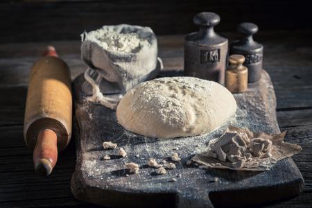 전통적으로 신선한 재료로 만든 빵과 빵 반죽 스톡 콘텐츠
