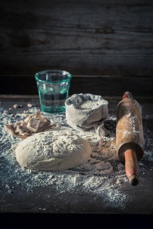 전통적으로 신선한 재료로 만든 피자 용 반죽