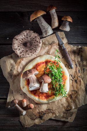 오래 된 나무 테이블에 뜨겁고 신선한 소박한 피자 스톡 콘텐츠 - 90159899