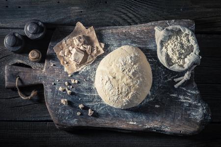 맛있는 빵과 전통적으로 반죽 한 신선한 재료로 만들어졌습니다. 스톡 콘텐츠