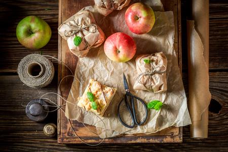 사과 파이를 무너 뜨리고 말린 채로 즐기십시오.