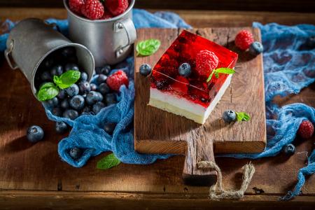 Zoete cake met verse bessen en gelei