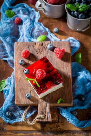 Heerlijke cake met gelei en bessen