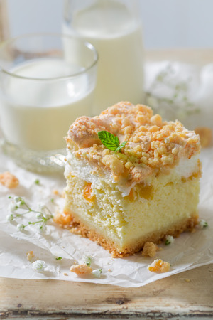 Rustic cheesecake with fresh peach and crumble