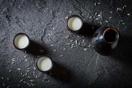 黒い岩の黒い陶器の白酒のクローズアップ