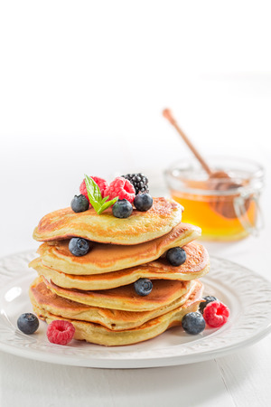 Closeup of american pancakes with maple syrup and berries Stockfoto