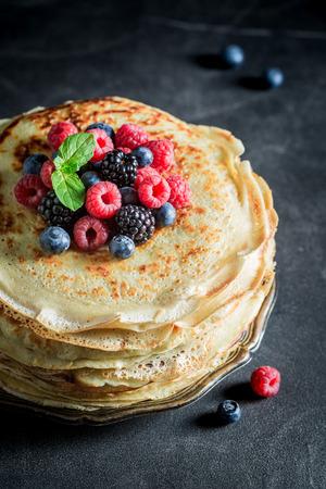 Close-up van pannekoekencake met verse bessen en munt