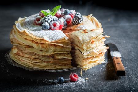 딸기와 가루 설탕과 팬케이크 케이크 조각