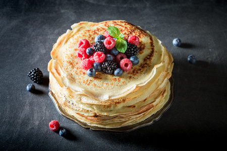 Big stack of pancakes with blueberries, raspberries and mint 版權商用圖片
