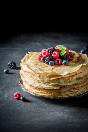 Großer Pfannkuchen Kuchen mit frischen Beeren und Minze Standard-Bild - 92858161
