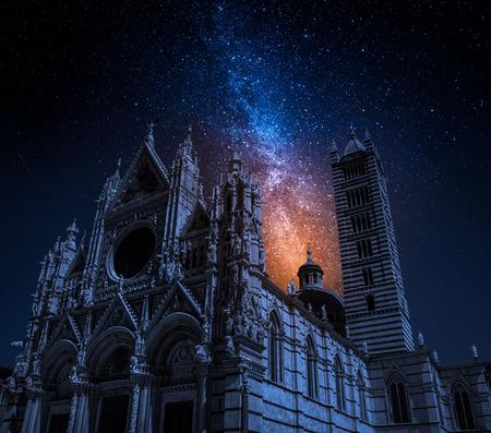 星と夜のシエナ大聖堂、トスカーナ、イタリア 写真素材