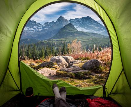 Widok z namiotu na Tatry o zachodzie słońca jesienią