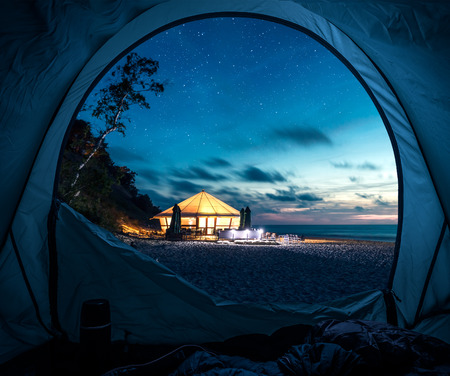 Tent at beach in summer at night with stars 版權商用圖片 - 93332481