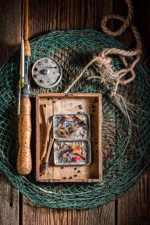 Vintage Angelausrüstung mit Fischen fliegt und Stangen Standard-Bild - 94298784
