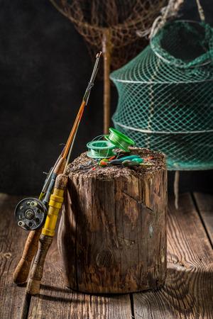 그물, 막대 및 수레로 오래된 낚시 도구