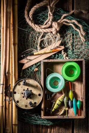 그물, 막대 및 수레와 빈티지 낚시꾼 장비
