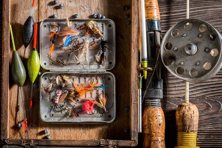 釣り竿とルアーを持つ釣り人機器