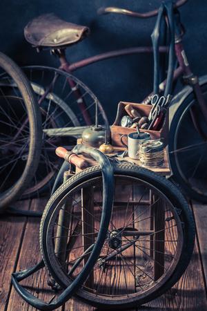 바퀴, 공구 및 고무 패치로 자전거 수리 서비스