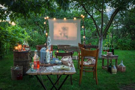 Kleine bioscoop met drankjes en popcorn in de tuin Stockfoto
