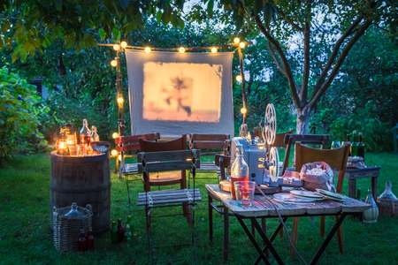 Open-air cinema with drinks and popcorn in the garden Stok Fotoğraf - 94751494