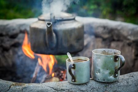 Hete en aromatische koffie met ketel op vuur