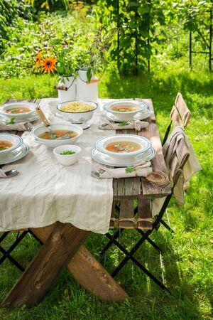 Zelfgemaakte en gezonde bouillon gemaakt van verse groenten