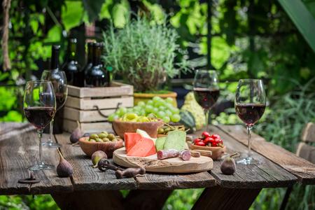 정원에서 애피타이저와 와인으로 저녁 식사 준비