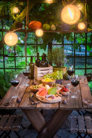 저녁 스낵과 와인으로 저녁 식사 준비