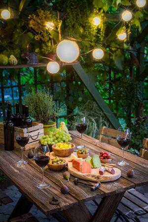 정원 테이블 치즈, 정원에서 레드 와인