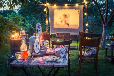 Zomerbioscoop met drankjes en popcorn in de avond