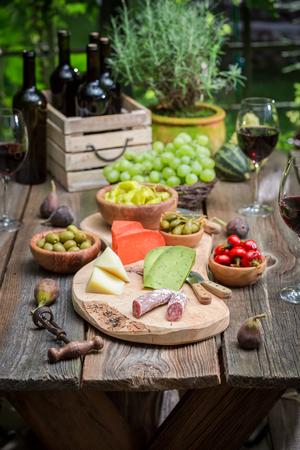 저녁에 와인과 과일 정원 테이블